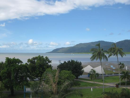 DoubleTree by Hilton Hotel Cairns: 躺在床上看大海