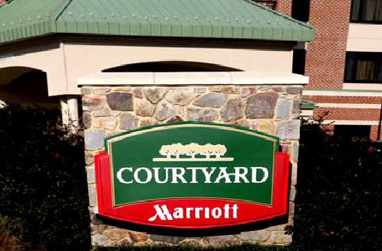 Courtyard by Marriott Newark-University of Delaware: 酒店大门,一不小心很容易错过!