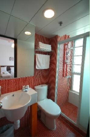 酒店房间,洗手台上面是个镜柜,实际上房间没有看起来这么大,很窄