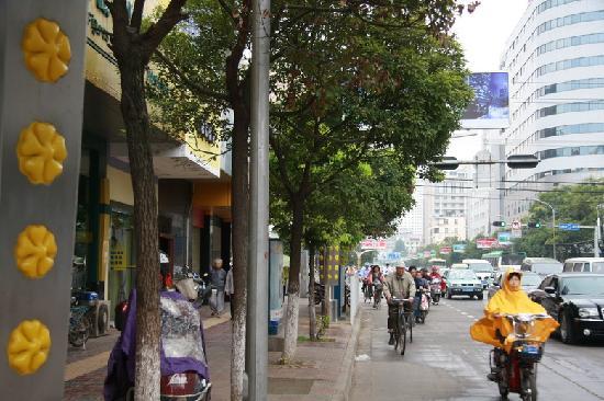 Home Inn (Kunming Baita Road) : 如家门口的路,顺着这条路一直下去就是机场