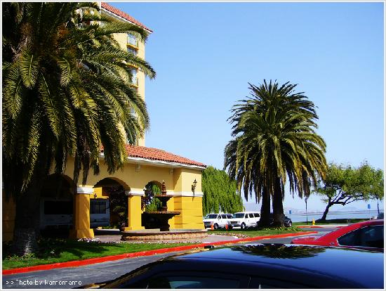 Embassy Suites by Hilton Hotel San Francisco Airport (SFO) - Waterfront: 饭店门口