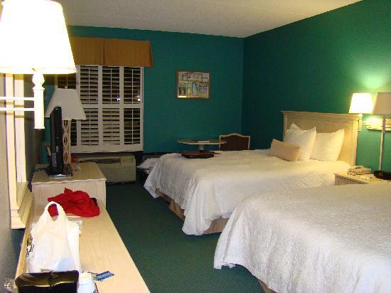Hampton Inn St. Simons Island: 房间里没有书桌,分明就是叫你别在这工作