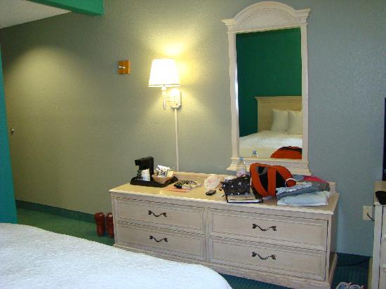 Hampton Inn St. Simons Island: 全屋的白,让人很舒适