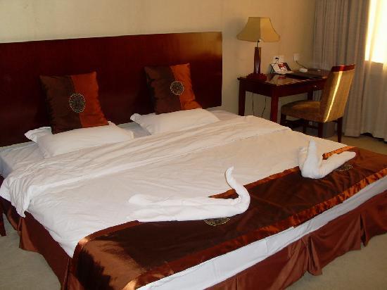 Qihe Hotel: 两张小床拼接出来的大床