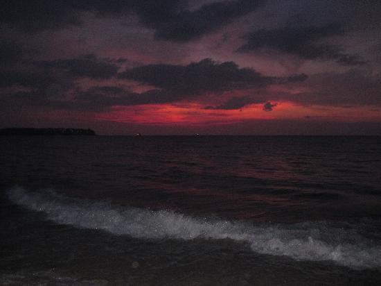 LHC Phuket Resort: 夜晚的邦道海滩