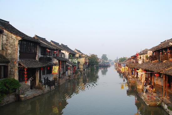 Xitang Bincheng Inn: 清晨的西塘,照片左边这家就是秋雨阁