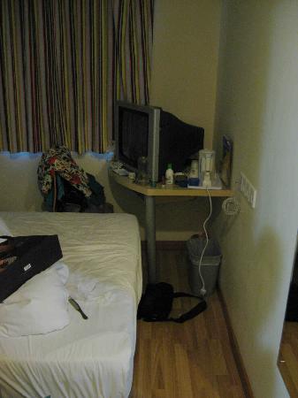 7 Days Premium Kunming Pedestrian Street: 床到墙的距离 见到过的房间最小的