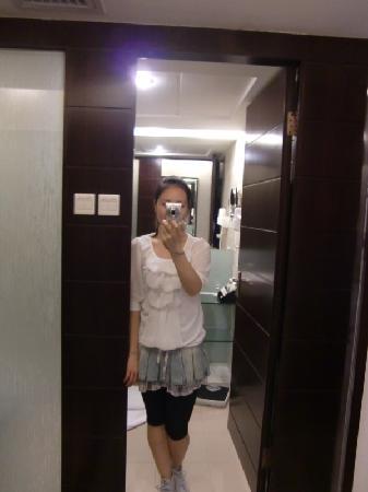Lushan Hotel: 卧室的超级大镜子