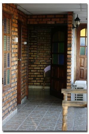 Golden View Rest : 三楼的房间,进门右边是浴室,左边就是大床了,房间不大