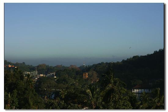 Golden View Rest : 远处就是康堤湖了,早上起来看到这样的风景,真是舒服呀