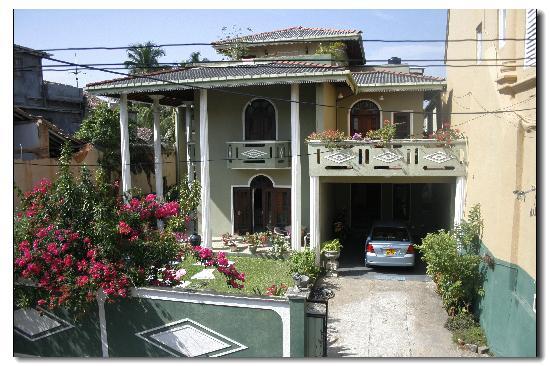 Frangipani Motel : 对面就是女主人家的住房,是不是很漂亮?