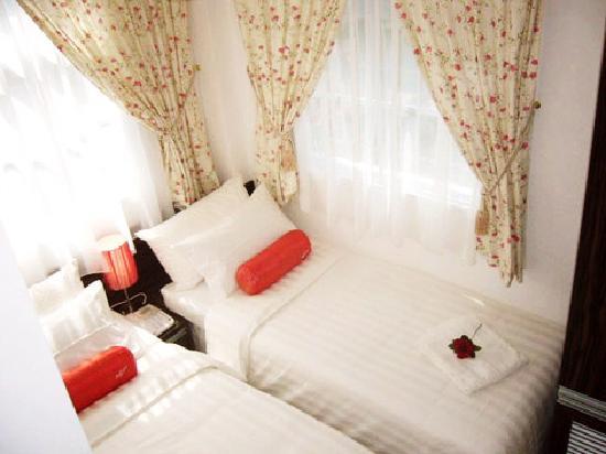 Bridal Tea House Hotel (Tai Kok Tsui - Li Tak Street): 两张床离很近。。