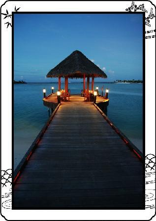 Anantara Kihavah Maldives Villas : 夜幕下的码头