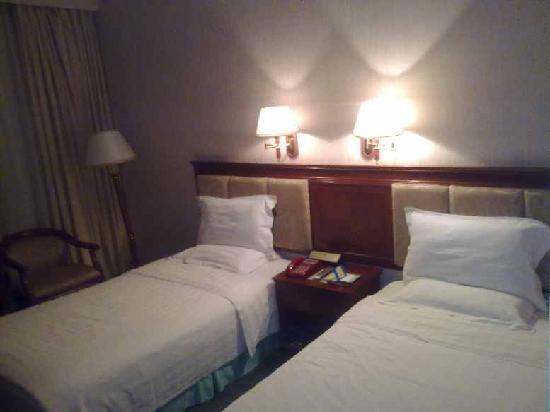 Rui Feng Hotel: 床很干净