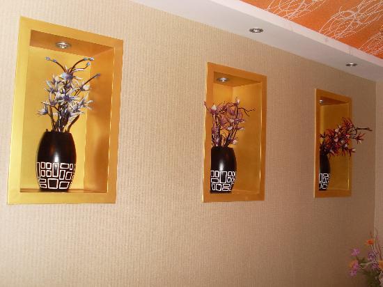 Fashion City Theme Concept Hotel Qingdao Chengshi Kongjian: 走廊里面的画, 很漂亮