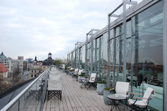 Bayerischer Hof Hotel: 天好的时候可以做在顶层的户外露台