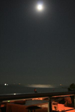 Anatolia Suites: 天台远眺夜晚的海景