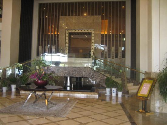 Royal Garden Hotel: 主楼酒店大厅-还是很气派的