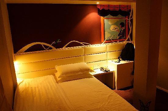7 Days Inn (Shanghai Baoshan): 房间很有情调
