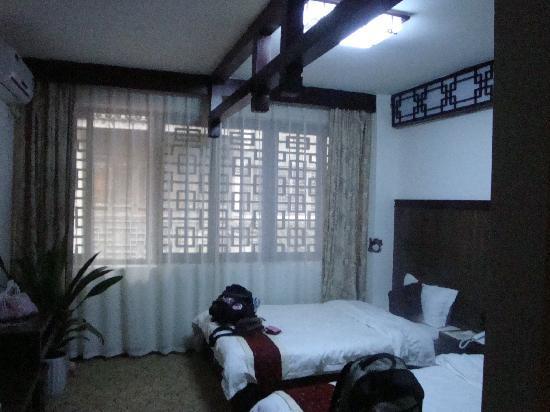 Taste Xijie Hotel: 我们的床和古色古香的窗