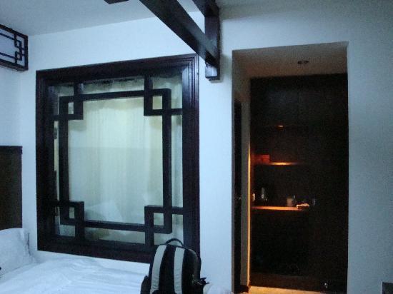Taste Xijie Hotel: 窗后是厕所