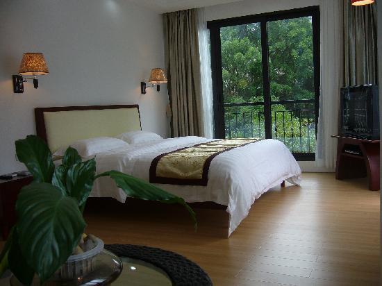 Creek View Hotel: 以温馨浪漫、高贵典雅,舒适简洁为主。独特开放式的大型落地窗,让人融于大自然的山水之间,豪华宽大的套房,配以高品位柔软舒适的床垫和蚕丝被,尽显人性的关怀