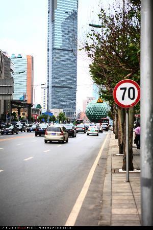 Dalian, China: 从中山广场向友好广场望去