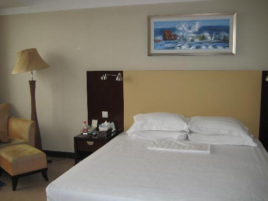 Yun Tai Hotel: 床单很白吧,呵呵,床也很大