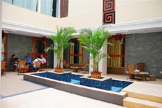 Fariy Lake Holiday Hotel: 中庭休闲区
