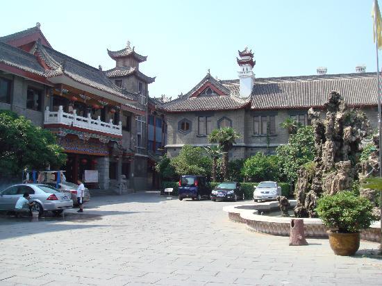 Kaifeng Hotel : 宾馆外观和喷水池