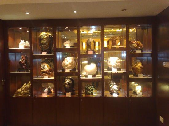 Shanshui Hotel: 大厅矿物宝石展示