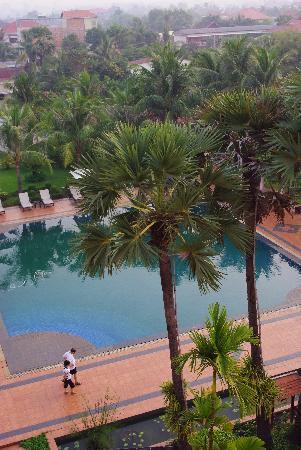 ري هوتل: 从阳台望到的游泳池