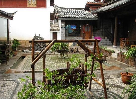 Lijiang Huayang Nianhua Boutique Fengqing Inn No.3: 院子