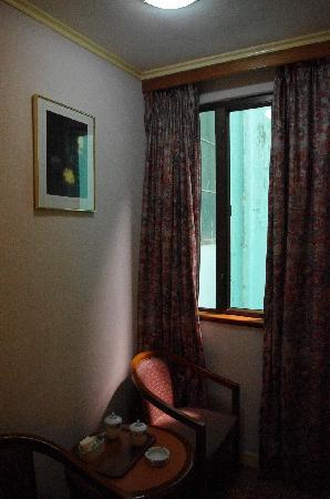 East Asia Hotel Macau: 沙发与窗