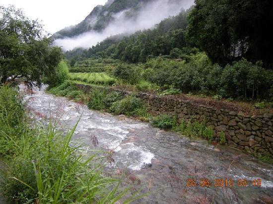 Lingyan Resort : 山庄前的小溪