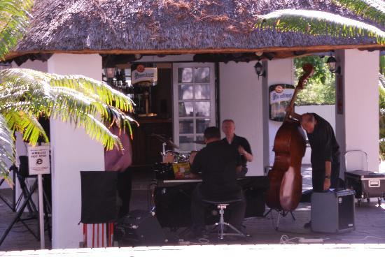 Indaba Hotel: 院子里的吧台