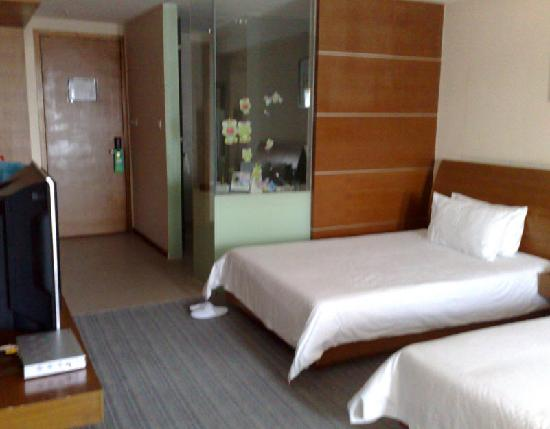South China Harbour Hotel : 卧房