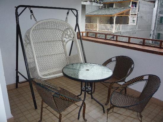 No Name Inn: 阳台上的摇椅和桌子