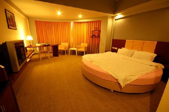 Junyue Hotel: 蜜月房的床很有特色,圆床