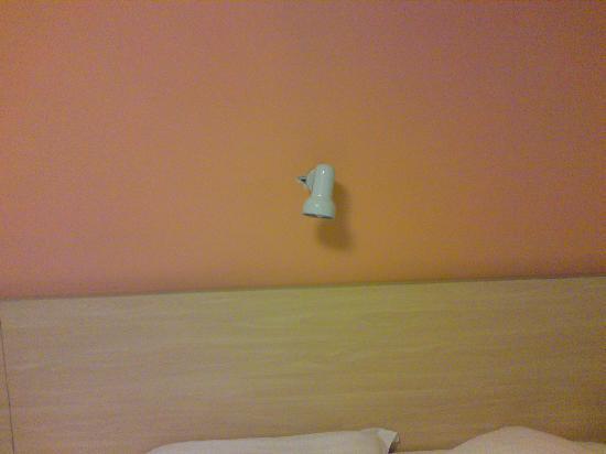 7 Days Inn (Nanjing Center Door): 大床房的床头,看还有个小灯,很人性化!