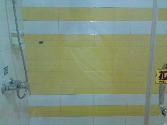 7 Days Inn (Nanjing Center Door): 这个是卫生间的淋浴室,还是比较大的!