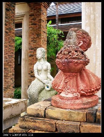 Circle Phuket Resort & Spa: 堪称艺术片的酒店内雕塑