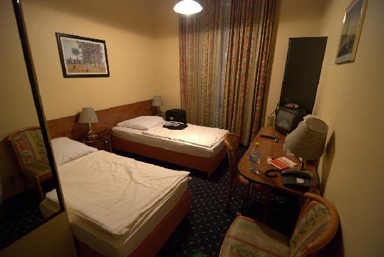Carlton Hotel - Frankfurt: 房间不大但是很干净