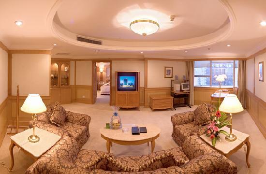 Green Land Hotel: 套间环境