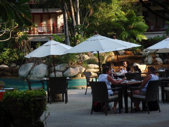 Thavorn Beach Village Resort & Spa: 靠近泳池就餐的地方