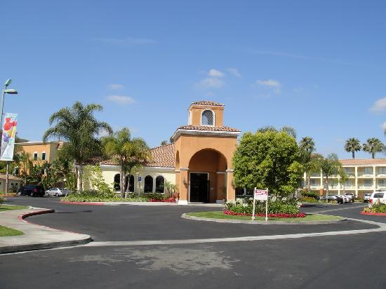 Cortona Inn & Suites Anaheim Resort: 酒店大门托斯卡纳建筑