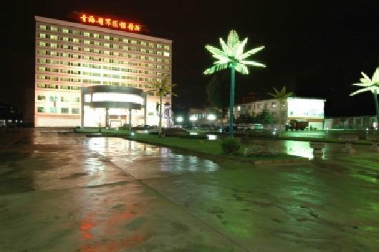 Province Military District Hotel : 晚上,主楼前面的广场还是很好看的~