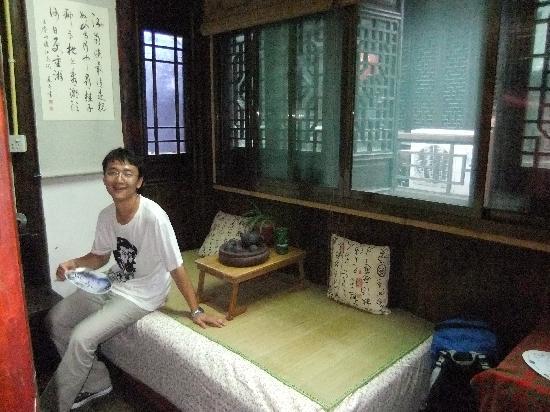 Xitang Yueyifang Inn 1st: 坐着的床,我们没敢喝茶,怕洒了