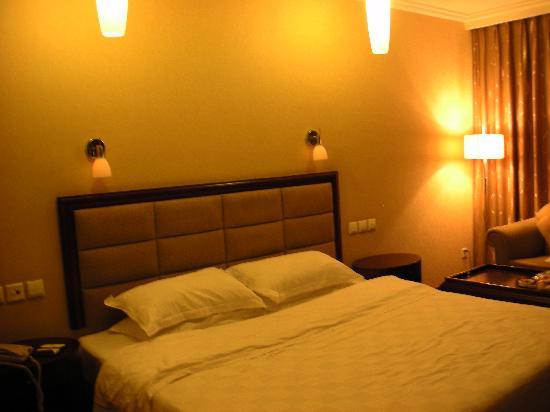 Jin Feng Hotel: 大床还是舒适的