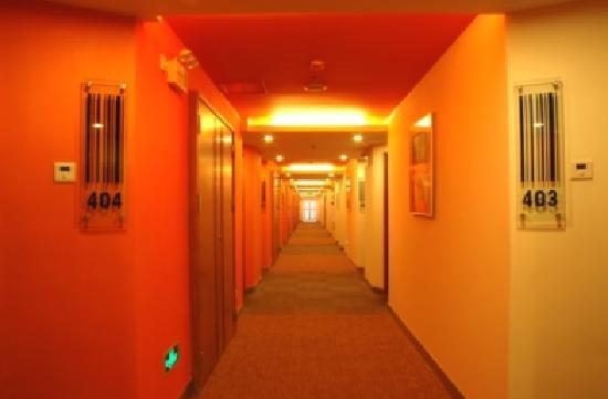 Garden Inn (Guangzhou Gangding): 长长的橙黄色调的酒店内走廊,好温馨!